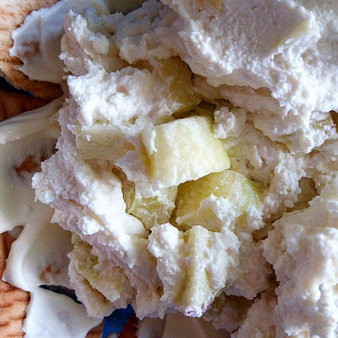 Десерт с творогом, яблоком и печеньем