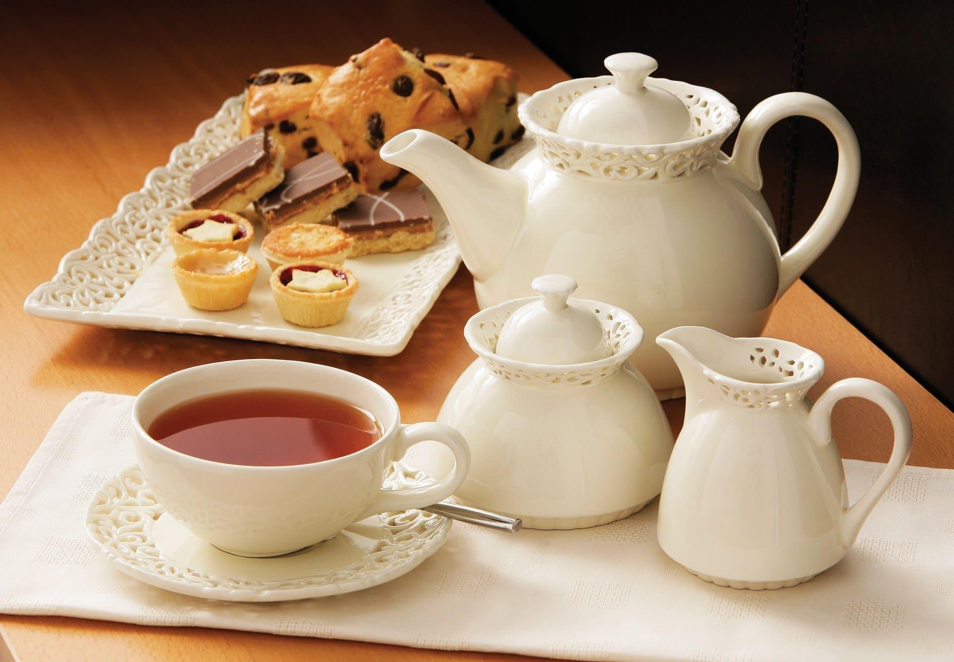 Чайный сервиз, чай и сладости